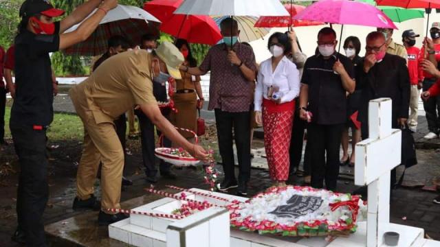 Olly Dondokambey ziarah ke makam CJ Rantung